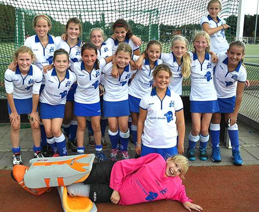 Logopedie Smeets sponsort de Meisjes D1 van HV Weert met shirt en Hoodies.